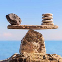 twee stenen die mooi tegenover elkaar staan als een weegschaal.