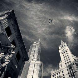 Foto genomen tussen gebouwen in. Deze foto straalt hoogte uit.