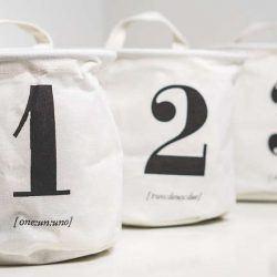 Foto van zakken waarop de cijfers een, twee en drie staan.